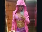 Chapeuzinho rosa: Juju Salimeni exibe boa forma em selfie no elevador