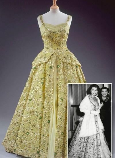 Elizabeth e 16. Elizabeth  Legenda: Exposição de vestidos e acessórios da rainha abre as portas hoje (21) no Palácio de Holyrood House, sua residência em Edimburgo, na Escócia (Foto: Reprodução)