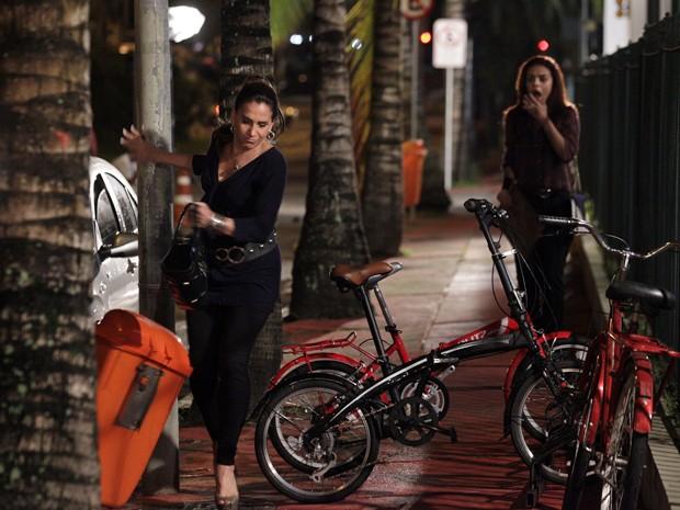Wanda sai correndo e derruba uma lixeira no meio do caminho (Foto: Salve Jorge/TV Globo)