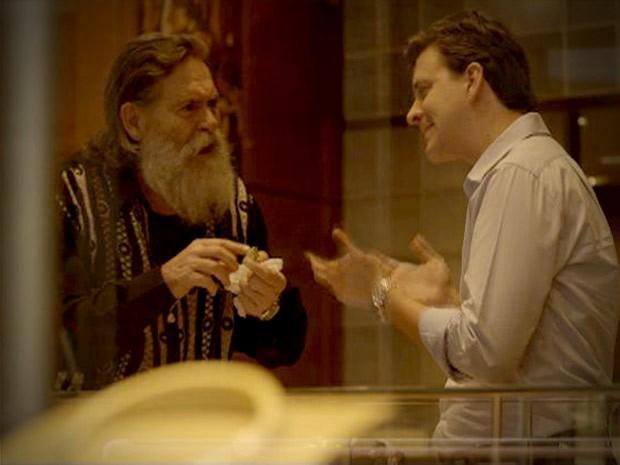 Nilo (José de Abreu) descobre que anel dado por Carminha (Adriana Esteves) é de vidro (Foto: Avenida Brasil/TV Globo)