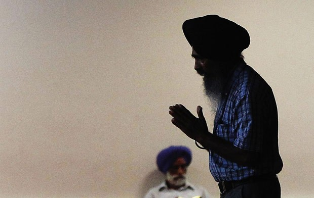 Sikh ora dentro da Sociedade Cultural Sick no Queens, em Nova York, nesta segunda-feira (6) (Foto: AFP)