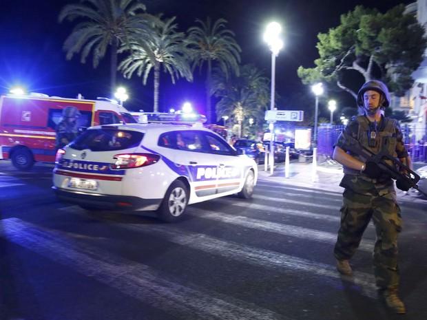 Soldado francês e polícia fazem segurança do local após atropelamento de caminhão (Foto: REUTERS/Eric Gaillard)