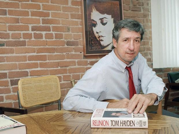 Tom Hayden em foto de junho de 1988 (Foto: Lennox McLendon/Arquivo AP Photo)