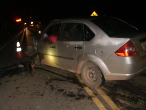 Carro invadiu a contramão em uma curva na BR-495 em Santa Rita de Caldas (Foto: Polícia Civil)