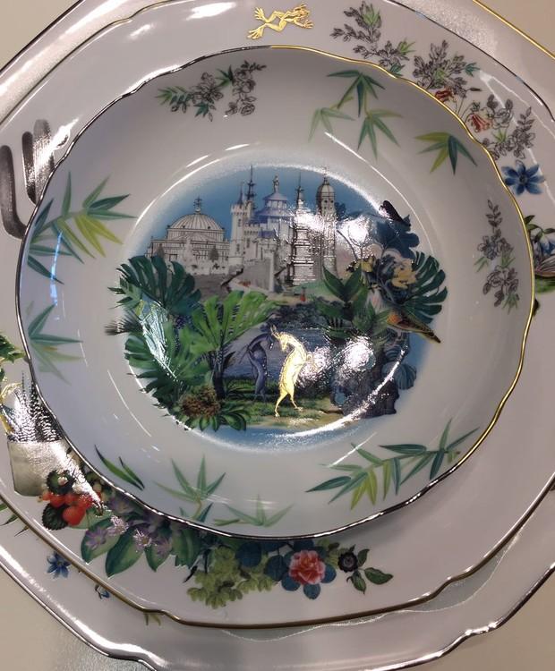 Essa é a nona coleção de Christian Lacroix para a Vista Alegre. A porcelana de estilo oriental mistura padrões de paisagens de Paris com contorno de platina e ouro. (Foto: Casa e Jardim)