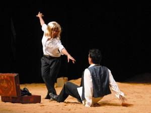 """Cena da comédia """"Dias Difíceis"""", da Cia. Cenaberta de Teatro (Foto: Emerson Silva / Divulgação)"""