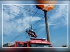 Homem fica pendurado em rede elétrica durante voo de paramotor