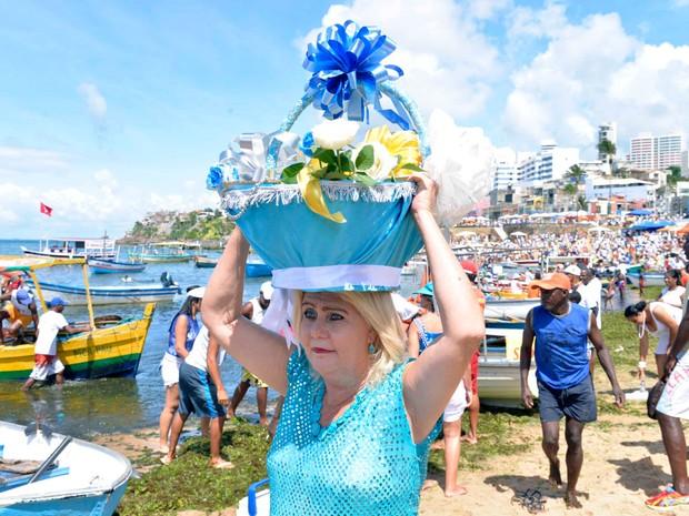 A vendedora Dilma Barros, fez o próprio balaio para entregar presentes a Iemanjá. (Foto: Elias Dantas/ Ag Haack)
