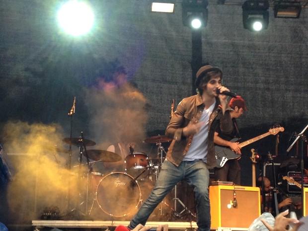 O cantor Fiuk faz show gratuito em Santa Cruz, Zona Oeste do Rio, em homenagem ao Dia das Crianças (Foto: Paulo Maurício Costa/G1)
