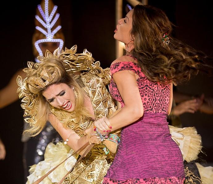 Fedora se irrita com Tancinha e tenta expulsá-la de sua festa à força (Foto: Fabiano Battaglin/Gshow)