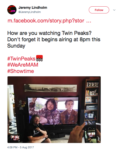 O ator Jeremy Lindholm compartilhando no Twitter uma foto de sua participação em Twin Peaks (Foto: Twitter)