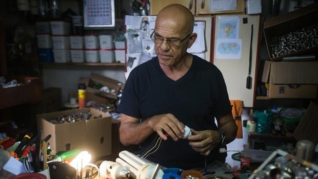 Paulo recupera lâmpadas e distribui gratuitamente (Moisés Silva/O Tempo)