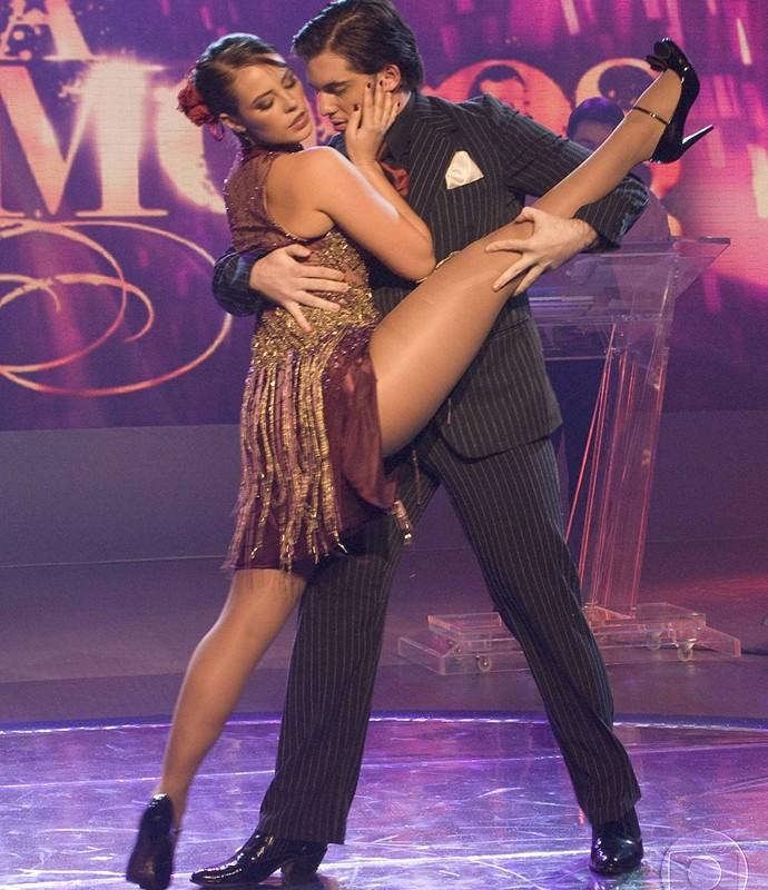Paolla Oliveira arrasa com flexibilidade na final do 'Dança' (Foto: Bob Paulino / TV Globo)