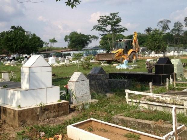 Com ajuda de maquinários, limpeza do cemitério é intensificada (Foto: Rosiane Vargas/G1)