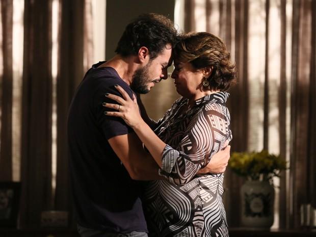 Arrependido, Enrico decide ajudar a salvar a vida do pai (Foto: Isabella Pinheiro / Gshow)