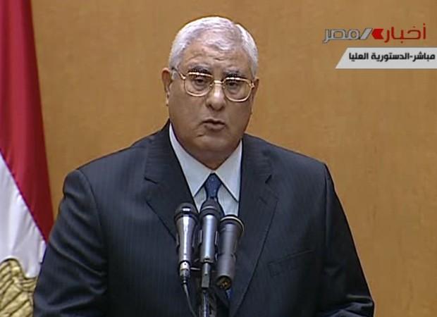 Presidente interino fala em discurso na TV após prestar juramento (Foto: AP)