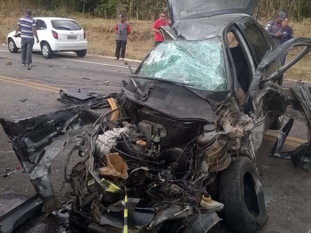 Segundo primeiras informações, ambulância bateu de frente com carro (Foto: Corpo de Bombeiros)