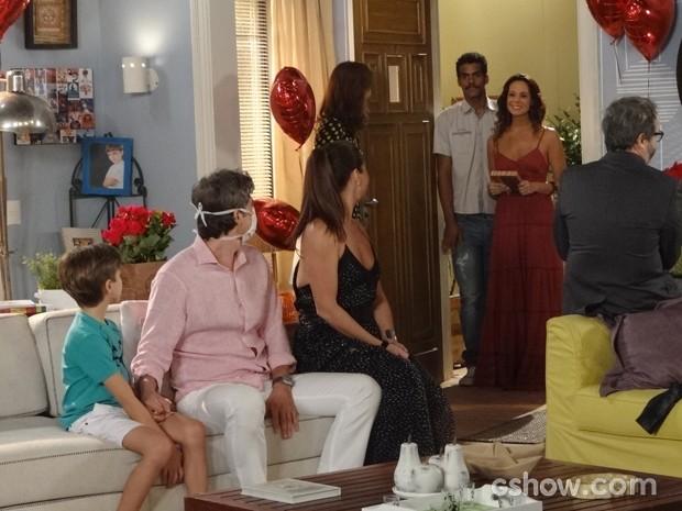 Juliana e Jairo chegam para visitar Cadu e o clima fica pesado (Foto: Em Família / TV Globo)