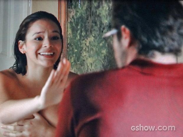 Helena (Bruna Marquezine) fica sem toalha na frente de Fernando (Antonio Sabóia) (Foto: Em Família/ TV Globo)