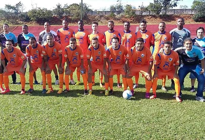 Elenco do Minas Gerais para disputa da primeira divisão do Campeonato Amador de Uberlândia (Foto: Edson Bodinho/Arquivo Pessoal)
