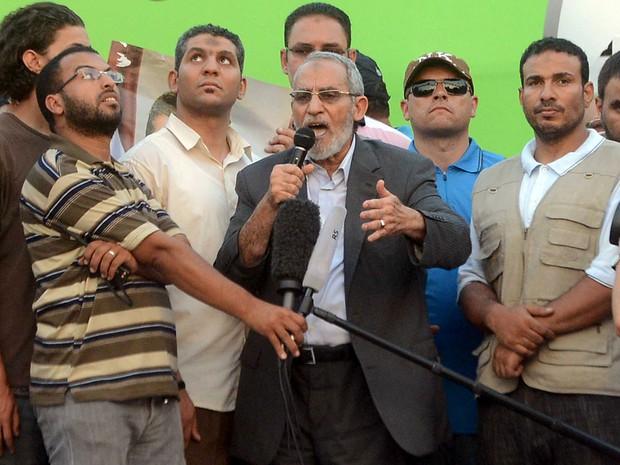 O líder da Irmandade Muçulmana, Mohamed Badie, reapareceu nesta sexta-feira (5), em um comício do grupo islâmico no Cairo, e pediu que o presidente deposto Mohamed Morsi seja reinstalado no cargo (Foto: AP)