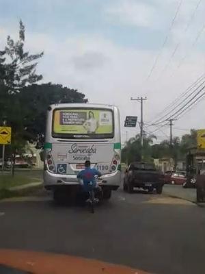 """Ciclista foi flagrado pegando """"carona"""" (Foto: Reprodução/TV TEM)"""