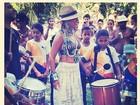 Beyoncé aproveita dia em Trancoso e toca com as crianças da região