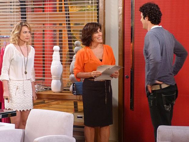 Juliana fica constrangida com o clima entre Roberta e Nando (Foto: Guerra dos Sexos / TV Globo)