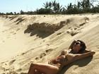 Thaila Ayala mostra as curvas enquanto pega sol de biquíni na praia