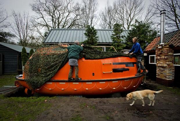 Com medo do fim do mundo, o holandês Pieter van der Meer colocou uma arca no jardim de sua casa (Foto: Robin van Lonkhuijsen/AFP)