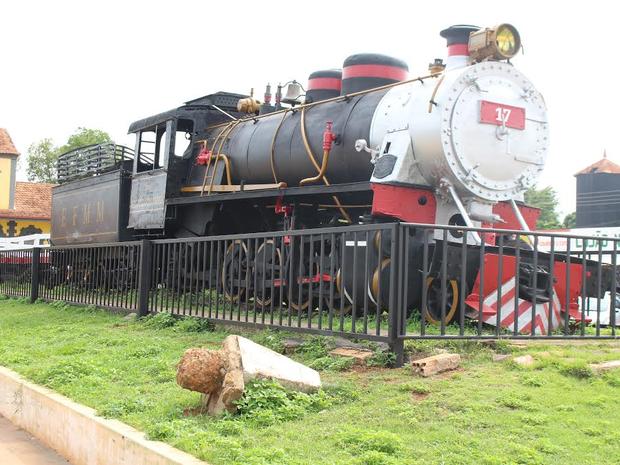 Locomotiva alemã Engenheiro Hildegardo, de 1936, faz parte do acervo e é uma das peças mais vistas pelos turistas (Foto: Júnior Freitas/G1)