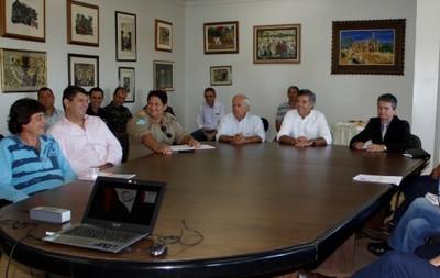 Representante do Comitê de Organização da rota do revezamento da Tocha Olímpica em reunião com o prefeito Murilo (Foto: Chico Leite/Prefeitura de Dourados)