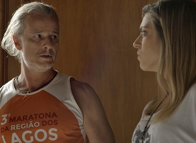Vavá tenta disfarçar, mas Úrsula fica desconfiada (Foto: TV Globo)