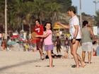 Marcelo Serrado brinca com a filha, Catarina, na praia