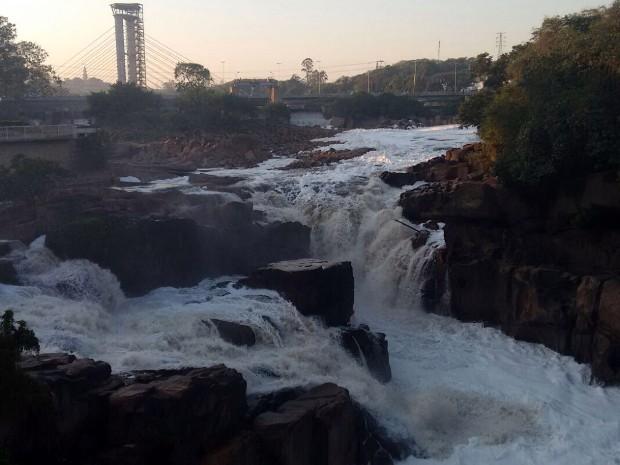 Salto sofre com as consequências da poluição trazida pelo Rio Tietê (Foto: Moisés Soares/TV TEM)