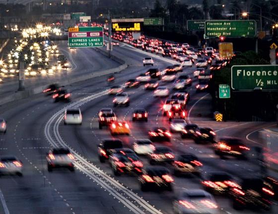No Estados Unidos as vias expressas têm faixas exclusivas ,mais rápidas para quem trafega com pelo menos duas pessoas no carro (Foto:   Lawrence K. Ho/Los Angeles Times via Getty Images)