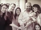 Mariana Gross posa com o filho, Antônio, rodeado pela família