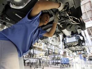 Funcionário monta um carro em fábrica da Volkswagen em São Bernardo do Campo, São Paulo. (Foto: Reuters)