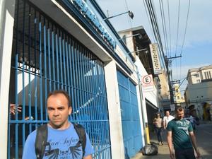 O frentista Raimundo Luiz Borges da Paz na frente da previdência social em Campinas (SP) (Foto: Marina Ortiz/ G1)