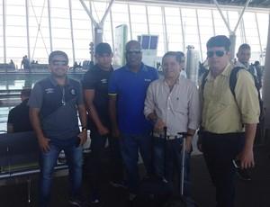 Treinador Cacaio ao lado da comissão técnica, Fred Gomes, executivo de futebol, e Maurício Bororó, chefe da delegação (Foto: Arquivo Pessoal)
