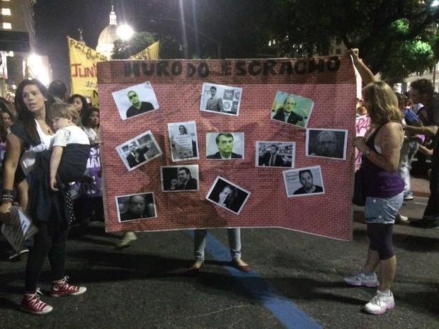 Protesto no Rio contra o machismo teve 'muro do escracho', com fotos de personalidades (Foto: G1)