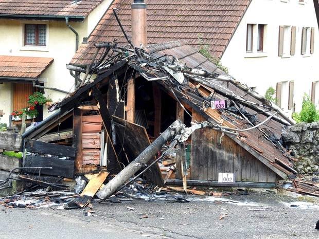 Parte de casa ficou destruída após colisão de dois aviões em Dittingen, na Suíça (Foto: REUTERS/Kantonspolizei Basel Landschaft/Handout via Reuters )