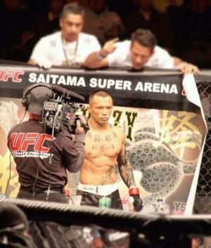 Dando últimas instruções antes de Yanamoto iniciar a luta no UFC (Foto: Imagem/Divulgação)