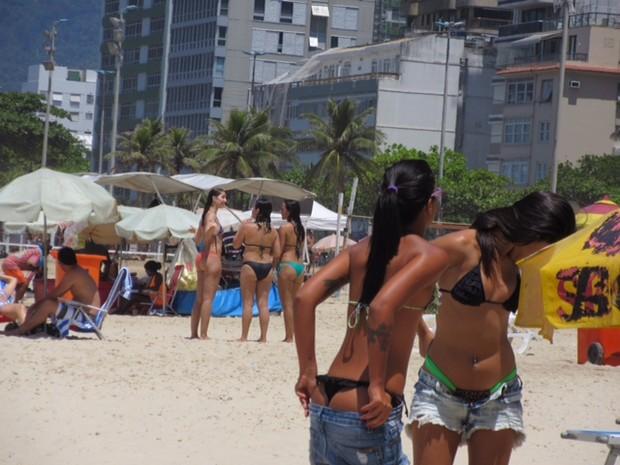 Banhistas aproveitavam o dia ensoladado  (Foto: Guilherme Brito/ G1)
