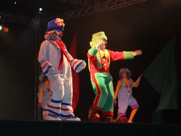 Dupla divertiu os presentes com canções e brincadeiras (Foto: Camila Henriques/G1)