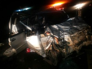 Um dos carros ficou bastante danificado (Foto: PRF/Divulgação)