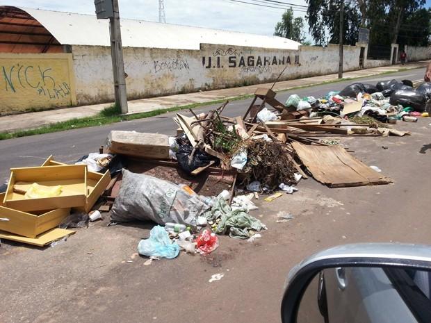 Internauta fotografa lixão em frente a escola em São Luís (Foto: Divulgação/Antônio Meneses)