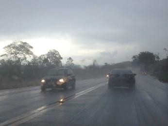 Motoristas enfrentam trânsito carregado e chuva na BR-040 (Foto: Isabela Scalabrini/TV Globo Minas)