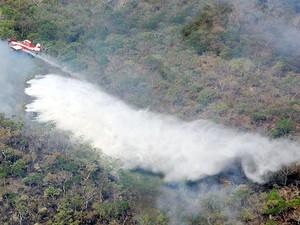 Avião é usado para combate ao incêndio no Parque Estadual Serra Azul, em Barra do Garças, MT. (Foto: Edevilson Arneiro/Prefeitura de Barra do Garças-MT)
