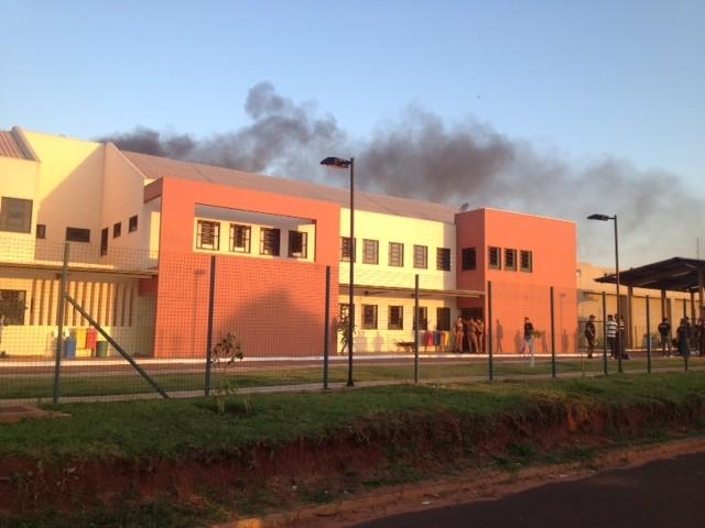 Fumaça saia de uma das galerias da penitenciária (Foto: Camila Simões/RPC TV)
